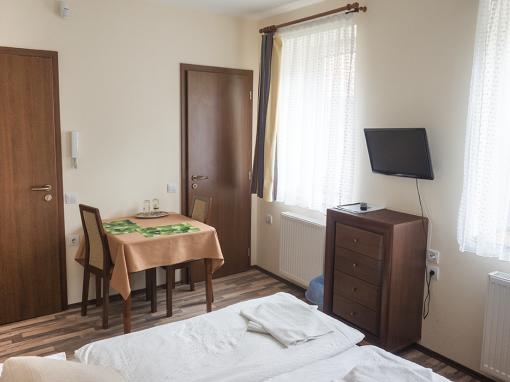 Földszintes 2 személyes apartman 1 hálótérrel Közös konyhával