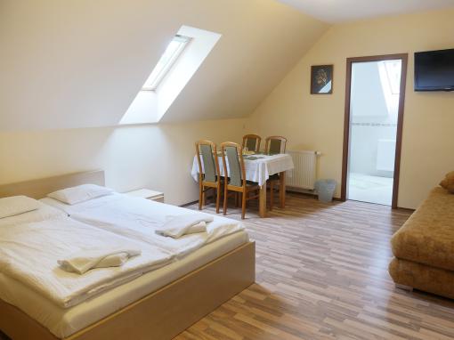 Emeleti tetőtéri 4 személyes apartman 1 hálótérrel